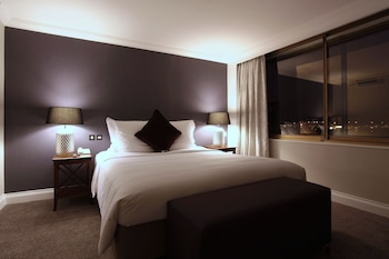 Executive Suite, 1 Queen Bed, Business Lounge Access (Runway View)