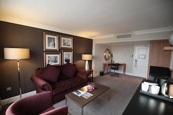 Executive Suite, 1 Queen Bed, Non Smoking (Runway View)