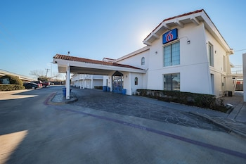 Exterior at Motel 6 Grand Prairie - Interstate 30 in Grand Prairie