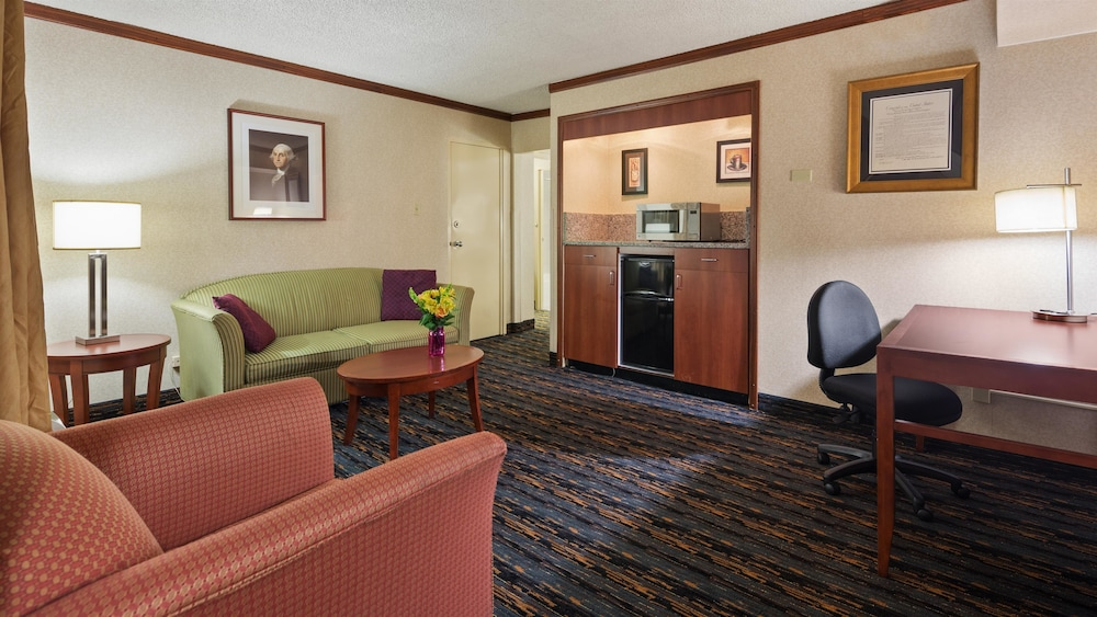 Suite : Suite, 1 King Bed with Sofa bed, Non Smoking, Refrigerator & Microwave (wit 10 of 96