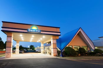 Days Inn by Wyndham Norman photo