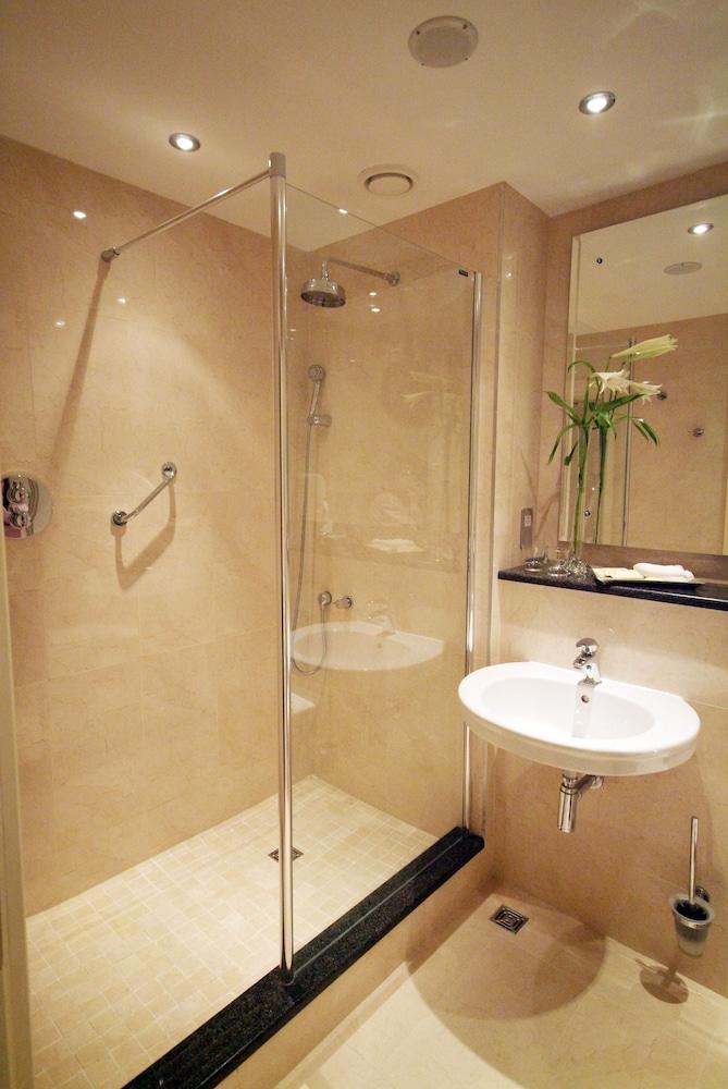 https://i.travelapi.com/hotels/1000000/10000/2000/1991/6e0b9941_z.jpg