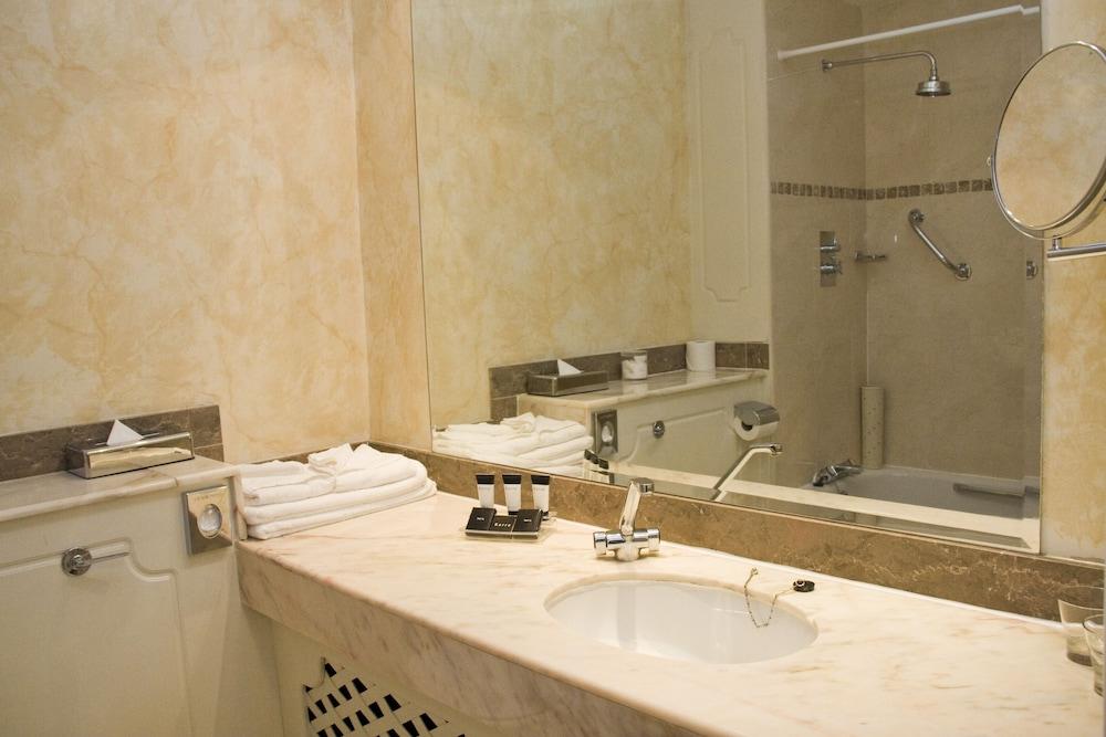 https://i.travelapi.com/hotels/1000000/10000/2000/1991/8b9d7129_z.jpg