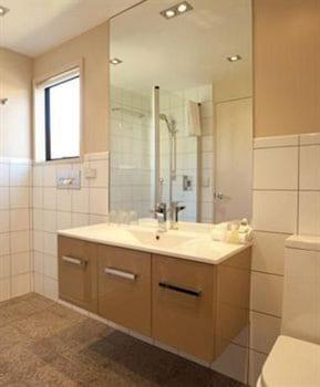 Garden Court Suites And Apartments - Bathroom  - #0