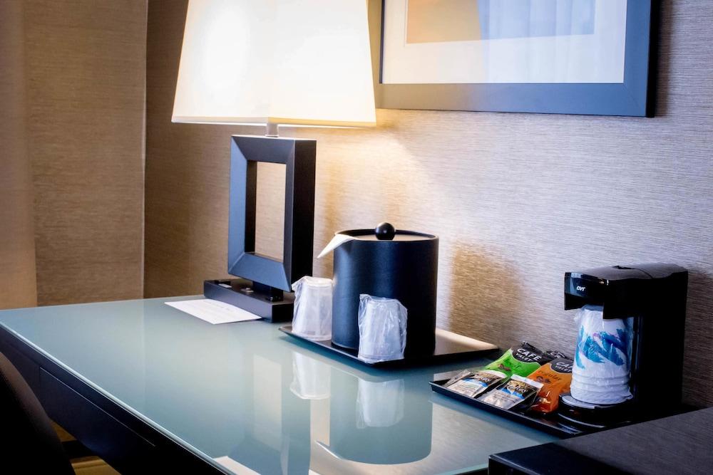 https://i.travelapi.com/hotels/1000000/10000/2300/2282/ea80f9a9_z.jpg