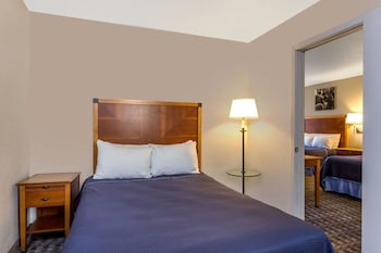 Guestroom at Howard Johnson by Wyndham Scottsdale Old Town in Scottsdale