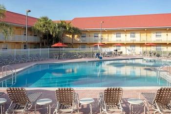 可可比奇 - 卡納維爾港溫德姆拉昆塔飯店 La Quinta Inn by Wyndham Cocoa Beach-Port Canaveral