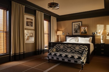 Deluxe Room, 1 King Bed, Accessible (Mobility/Hearing with Roll-In Shower)
