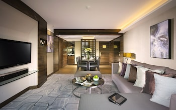 Deluxe Harbour View Suite with Club Lounge Access