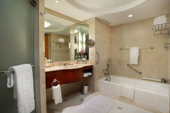 Makati Shangri-La Bathroom