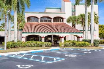 西棕櫚灘機場溫德姆華美達飯店 Ramada by Wyndham West Palm Beach Airport