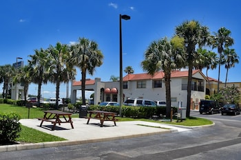 BBQ/Picnic Area at Best Western Orlando East Inn & Suites in Orlando
