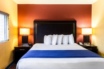 Deluxe Room, 1 King Bed, Poolside