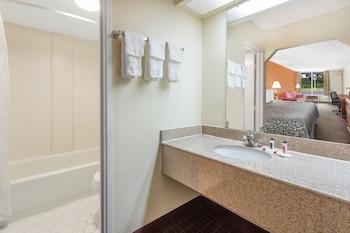 Days Inn by Wyndham Orangeburg South - Bathroom  - #0