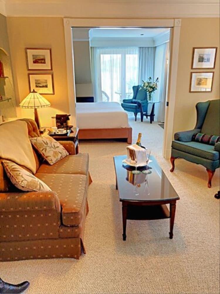 https://i.travelapi.com/hotels/1000000/10000/3200/3183/5e011fab_z.jpg