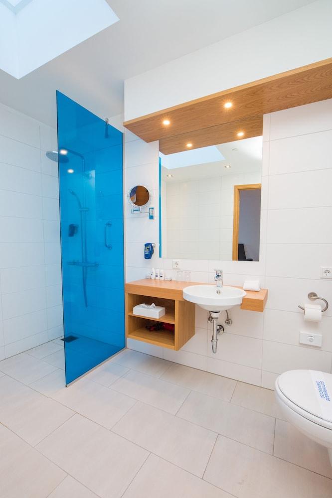 https://i.travelapi.com/hotels/1000000/10000/3300/3243/1514b9de_z.jpg
