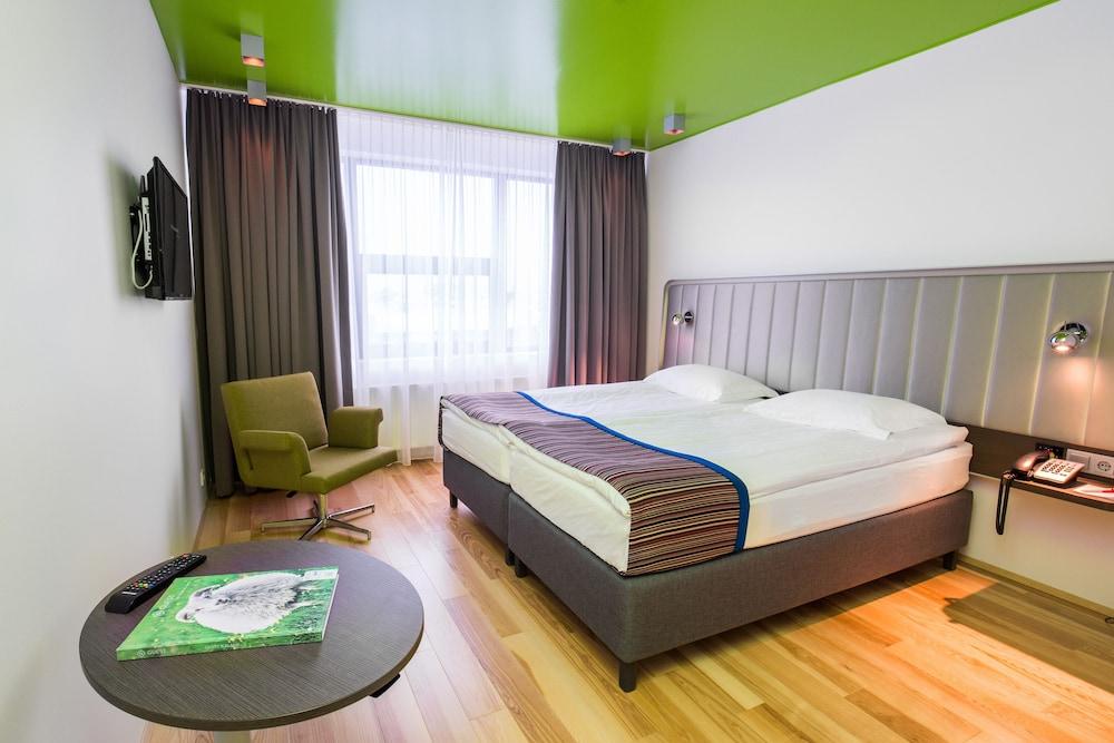https://i.travelapi.com/hotels/1000000/10000/3300/3243/1b8b716d_z.jpg