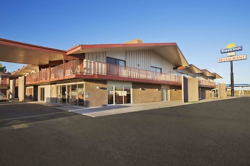 . Days Inn by Wyndham Chambers Near the Petrified Forest East