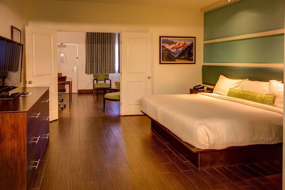 https://i.travelapi.com/hotels/1000000/10000/3600/3533/74a95e01_z.jpg