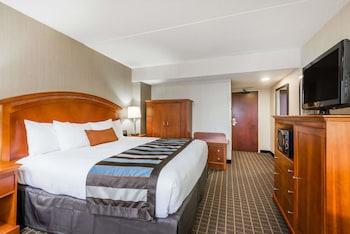 Guestroom at Wingate by Wyndham Springfield in Springfield