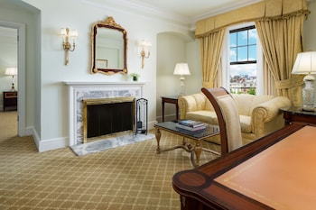 Junior Suite, 1 King Bed, Fireplace