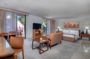Executive Suite, 1 King Bed, Kitchen