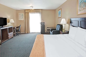 Room, 1 King Bed, Accessible, Non Smoking (Mobility/Roll-in Shower)