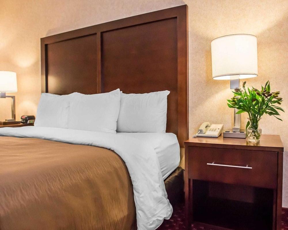 https://i.travelapi.com/hotels/1000000/10000/4200/4148/3351a10c_z.jpg