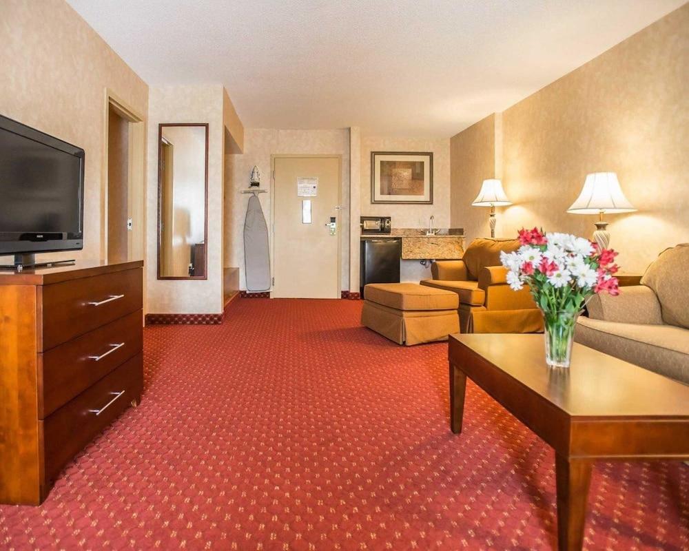 https://i.travelapi.com/hotels/1000000/10000/4200/4148/34ae9266_z.jpg