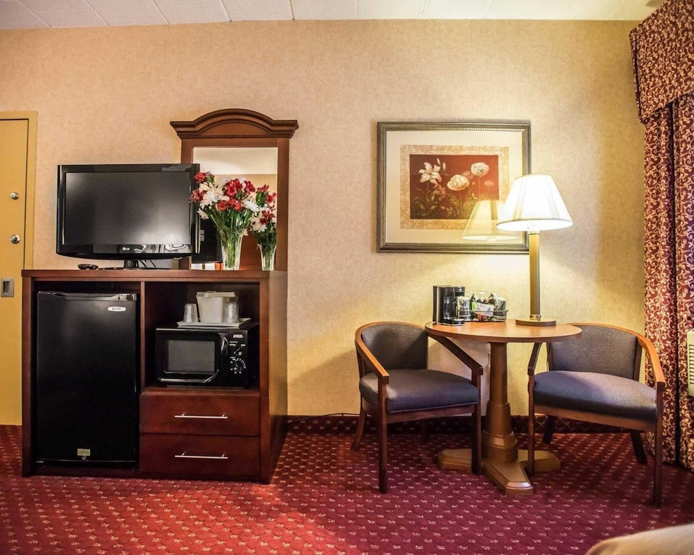 https://i.travelapi.com/hotels/1000000/10000/4200/4148/a9611f20_z.jpg