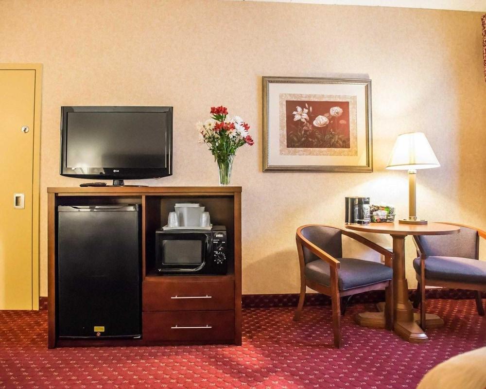 https://i.travelapi.com/hotels/1000000/10000/4200/4148/d58844ea_z.jpg
