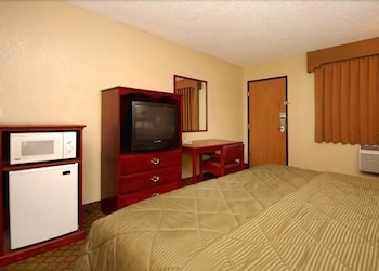 Guestroom at A Victory Inn & Suites Phoenix North in Phoenix