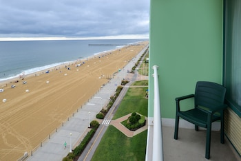 Guestroom at Holiday Inn Oceanside- VA Beach in Virginia Beach