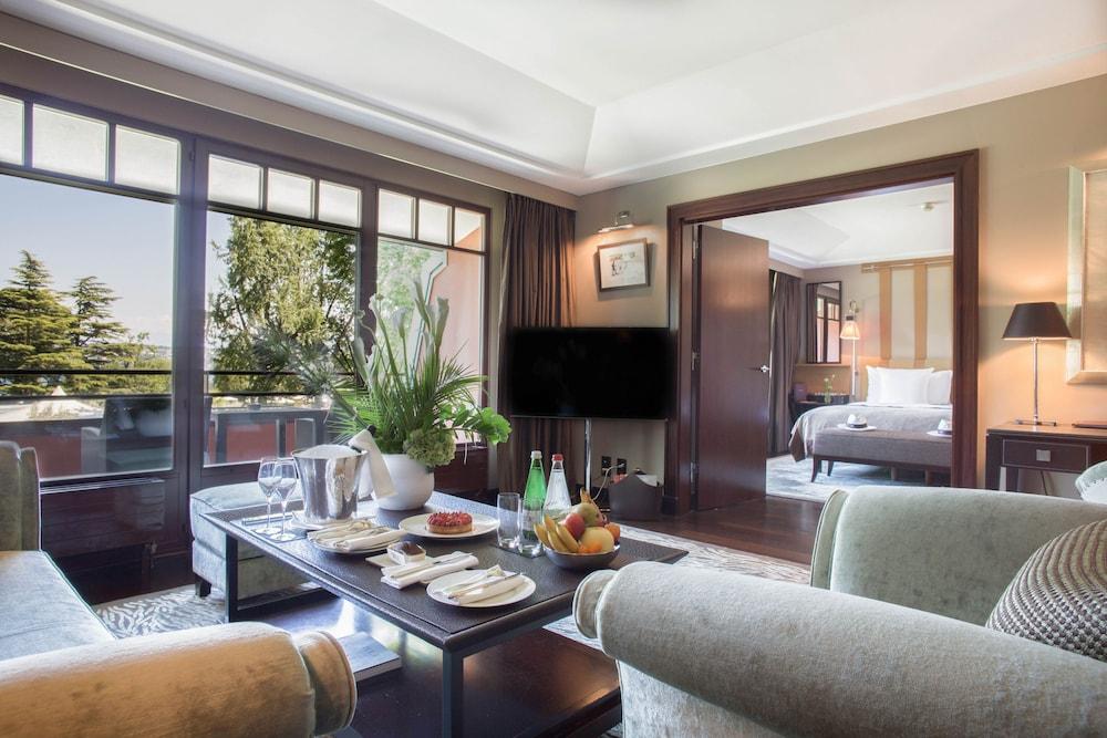 Suite, 1 King Bed (Lake)