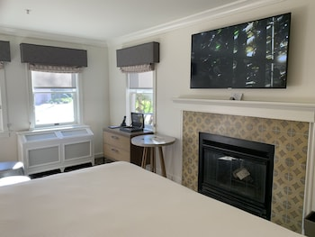 Deluxe Room, 1 King Bed, Non Smoking, Fireplace