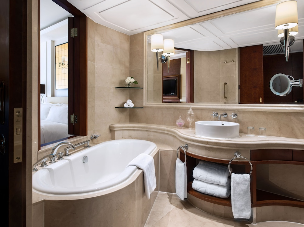 https://i.travelapi.com/hotels/1000000/10000/5000/4921/168222e6_z.jpg