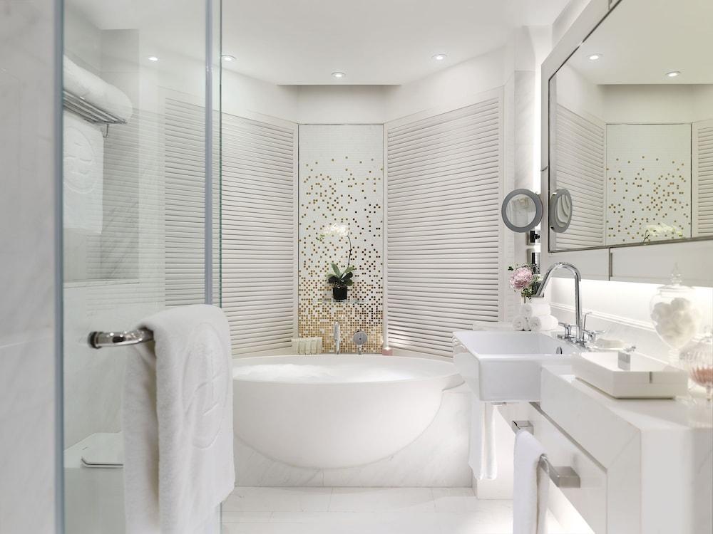 https://i.travelapi.com/hotels/1000000/10000/5000/4921/639d12be_z.jpg