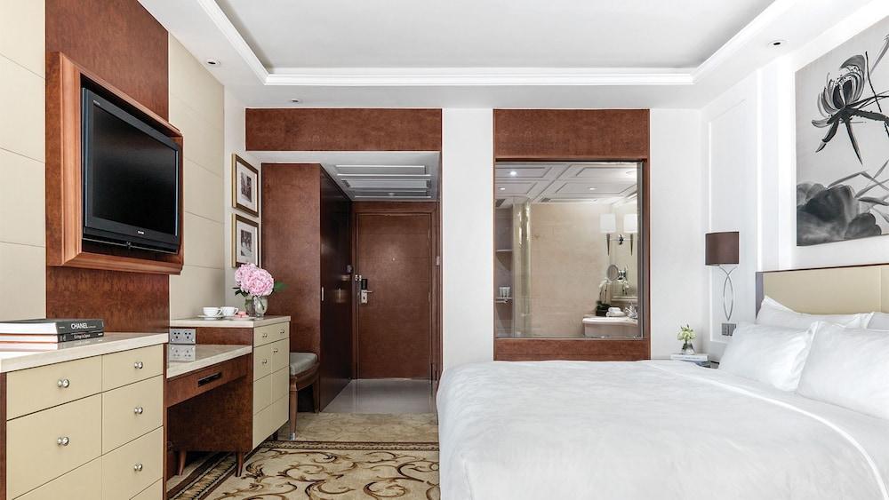 https://i.travelapi.com/hotels/1000000/10000/5000/4921/f96e5310_z.jpg