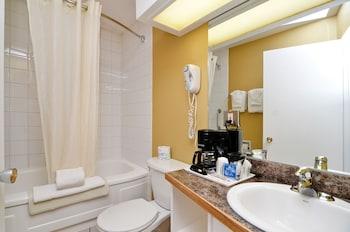 Econo Lodge Motel Village - Bathroom  - #0