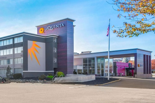 . La Quinta Inn & Suites by Wyndham Clifton/Rutherford