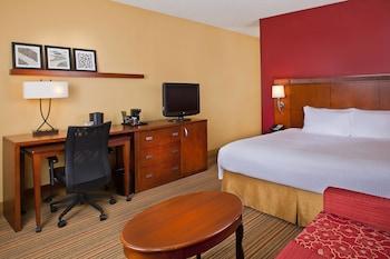 Guestroom at Courtyard by Marriott Orlando Airport in Orlando