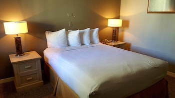 Queen Suite, 1 Queen Bed, Kitchenette, Sleeper Sofa & In-Room Safe