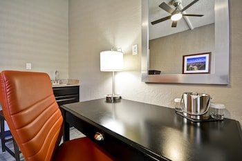 Guestroom at DoubleTree by Hilton Phoenix North in Phoenix