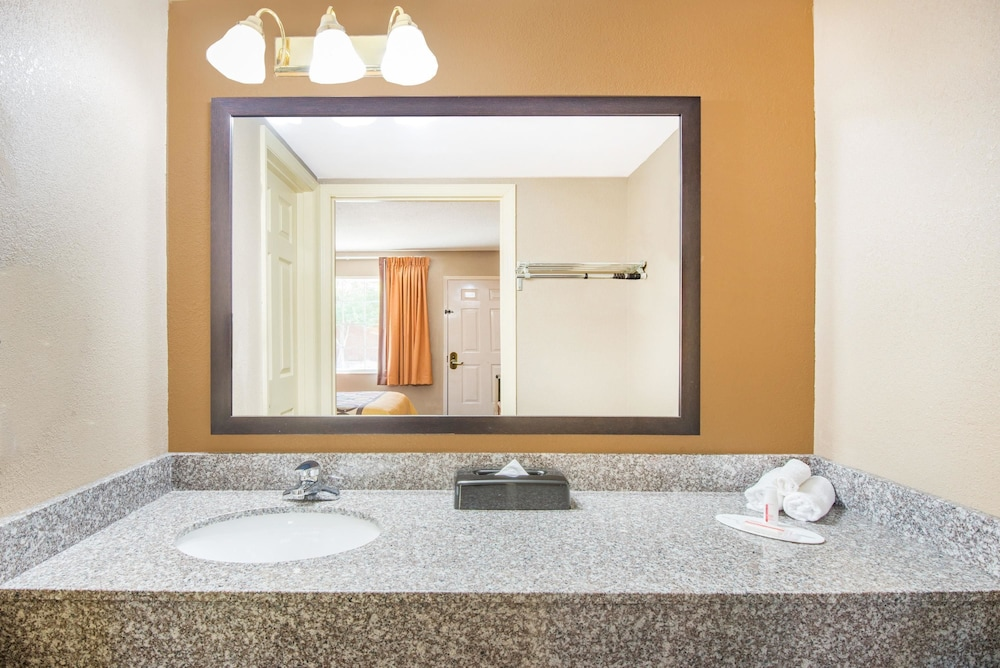 수퍼 8 바이 윈덤 매리스빌(Super 8 by Wyndham Marysville) Hotel Image 10 - Bathroom