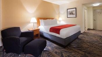 Standard Room, 1 King Bed, Refrigerator & Microwave, Pool View