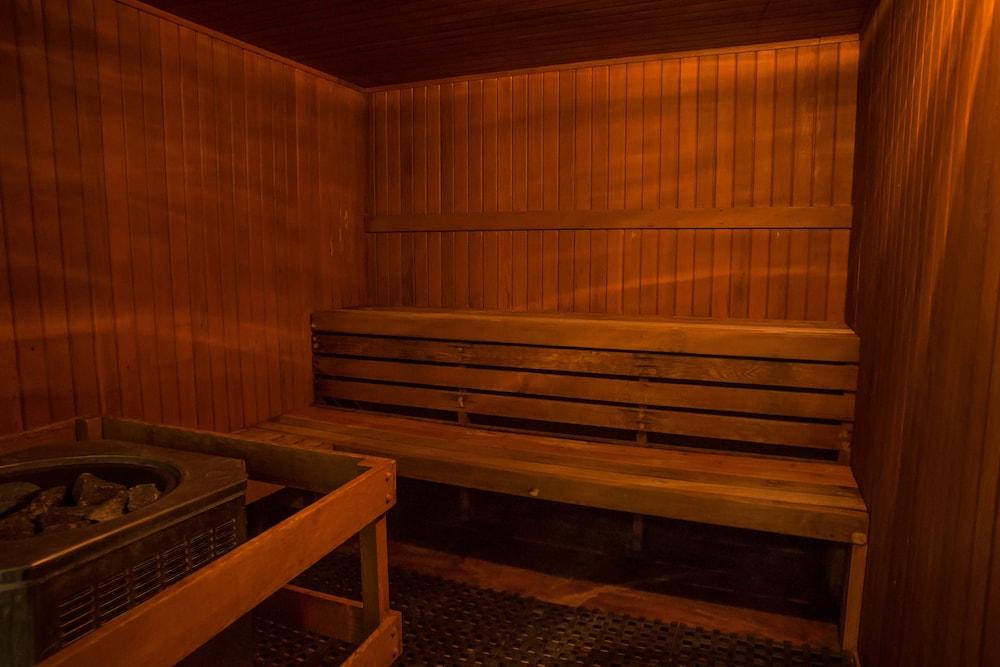 ローズデール オン ロブソン スイート ホテル