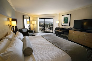 Superior Room, 1 King Bed, Pool View (Pool View)