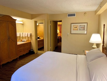 Suite, 1 King Bed, Non Smoking, Poolside
