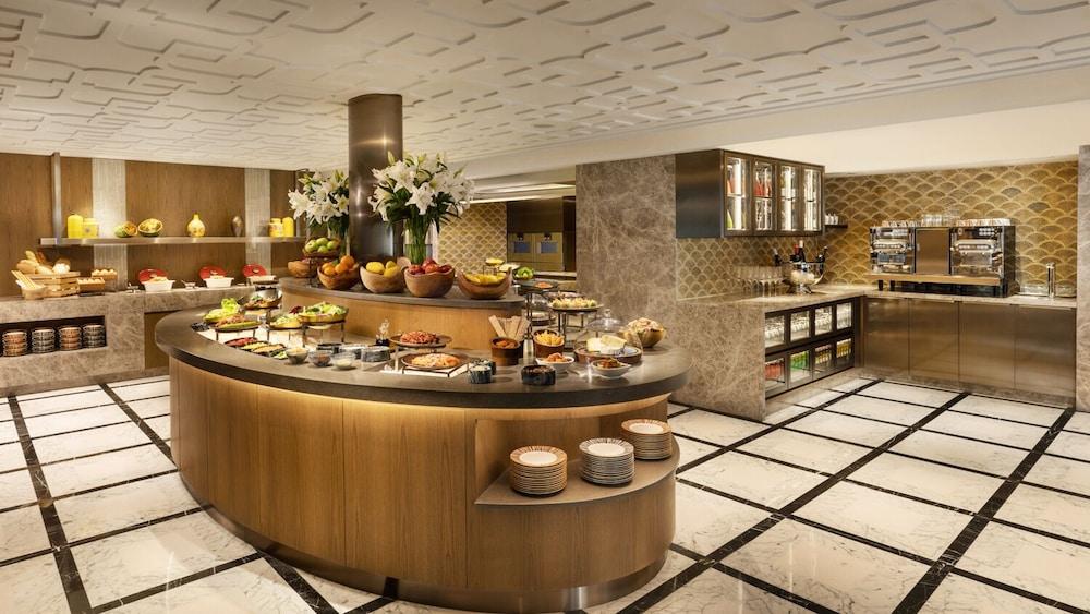https://i.travelapi.com/hotels/1000000/10000/6100/6095/376916b4_z.jpg