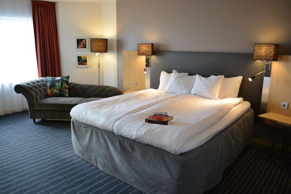 https://i.travelapi.com/hotels/1000000/10000/6400/6372/518a5548_z.jpg